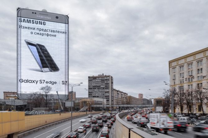 Samsung Video Billboard Turns A Moscow Office Building Into A 260-Foot Galaxy S7 Edge