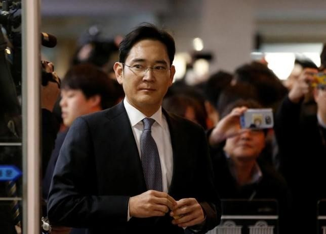 Arrest warrant issued for Samsung Group leader on charges of bribery and embezzlement