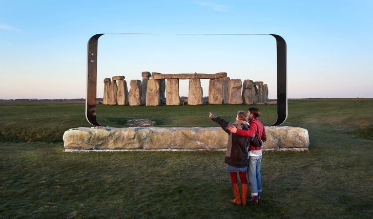 Giant Samsung Galaxy S8 sculpture is touring the UK